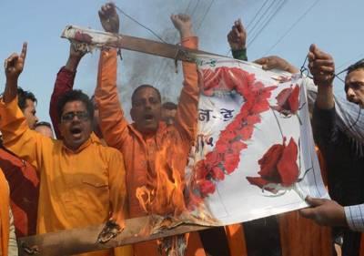امرتسر: ہندو تنظیم شیوسینا کے کارکن ویلنٹائن ڈے کےخلاف مظاہرے کے دوران ایک پلے کارڈ کو نذر آتش کر رہے ہیں