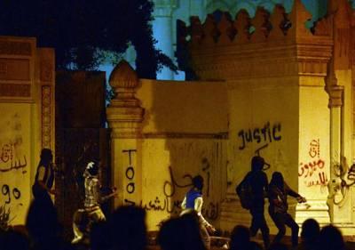 قاہرہ: مصر میں سابق صدر حسنی مبارک کے اقتدار سے الگ ہونے کے دو برس مکمل ہونے کے موقع پر احتجاجی مظاہرین صدارتی محل پر پتھراو¿ کر رہے ہیں