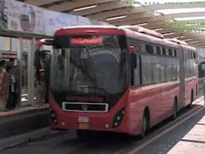 میٹرو بس کی 'سلطنت ' میں گھسنے والی کار کو تین ہزار روپے جرمانہ