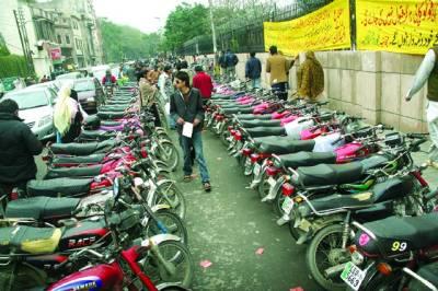 شہر میں سڑک بلاک کر کے موٹر سائیکل پارکنگ سٹینڈ بنانا عام ہو گیا ہے