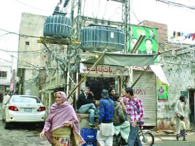 غازی آباد عثمان چوک میں لگے ٹرانسفرمر کے نیچے پان فروش نے دکان بنا رکھی ہے