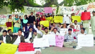 فیصل چوک مال روڈ پر میرانی ڈیم متاثرین احتجاج کر رہے ہیں، فوٹو پاکستان