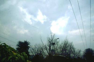 آسمان پر چھائے بادلوں سے سورج کی روشنی نظر آ رہی ہے( فوٹوپاکستان)