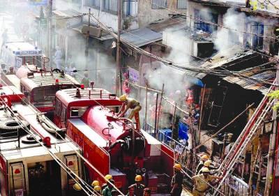 کولکتا :بھارتی فائر فائٹرز سوریاسین مارکیٹ میں آگ پر قابلو پانے کو کوشش کر رہے ہیں