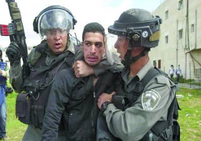 رام اللہ: اسرائیلی سکیورٹی اہلکار احتجاج میں شریک فلسطینی نوجوان کو پکڑ کر لے جارہے ہیں