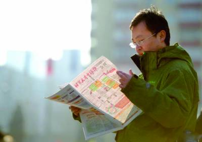 بینکاک: ایک بے روزگار شخص نوکری کے حصول کیلئے اخبار پڑھ رہا ہے