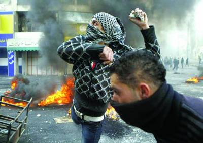 غزہ: فلسطینی مظاہرین اسرائیلی فوجیوں پر پتھراﺅکررہے ہیں