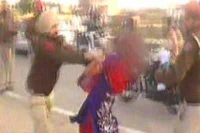 بھارتی پولیس نے خاتون کی پٹائی کرکے' انصاف ' دیدیا