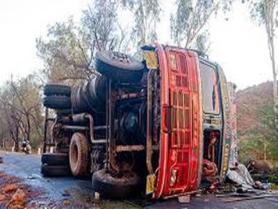 بھارت :پل سے بس گرنے سے 37مسافر جاں بحق