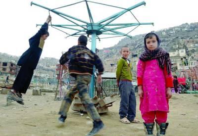 کابل:ایک افغان لڑکی کرت سخی مزار پر جھولوں پر کھیلنے والے دیگر بچوں کو دیکھ رہی ہے