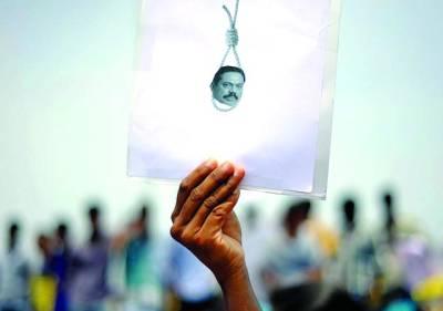 چنائے:سری لنکا مےں تاملز کےساتھ جاری جنگی جرائم کےخلاف احتجاج کے دوران اےک طالب علم نے سری لنکن صدر مہندارا جاپا کسے کا تصوےری بےنر اٹھا رکھا ہے