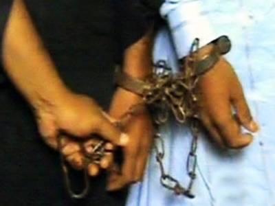 کراچی کے علاقے میٹھادر میں دو مبینہ چوروں پر تشدد، پولیس کے حوالے