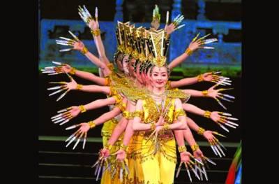 ماسکو:روس میں چینی رقاصائیں چین کا قومی رقص پیش کررہی ہیں
