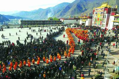 تبت: ہزاروں عقیدت مند روائتی مذہبی تقریب میں شریک ہیں