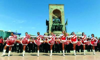 استنبول: امریکی ہائی سکول کی طالبات اپنے دورہ کے دوران ایک تقریب میںپرفارم کر رہی ہیں