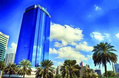 شارجہ: نیلے رنگ کی ایک بلندعمارت کے رنگ نے آسمانی رنگ کا روپ دھاراہواہے