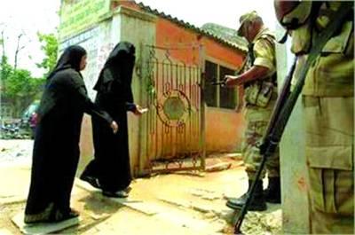 بنگلور: دومسلمان خواتین ووٹ کاسٹ کرنے کیلئے پولنگ سٹیشن میں داخل ہورہی ہیں