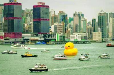 ہانک کانگ: ربڑ کی بنائی گئی ایک بلندبطخ چھوٹے بحری جہازوں کے درمیان پانی پرکھڑی ہے