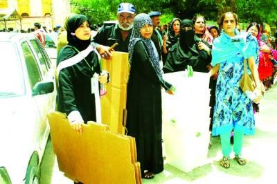 حیدر آباد، انتخابی عملہ پولنگ کے لئے سامان لے جارہا ہے