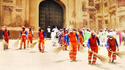 ماحولیات کے عالمی دن پر لاہور ویسٹ مینجمنٹ کمپنی کے ملازمین شاہی قلعہ میں صفائی کر رہے ہیں
