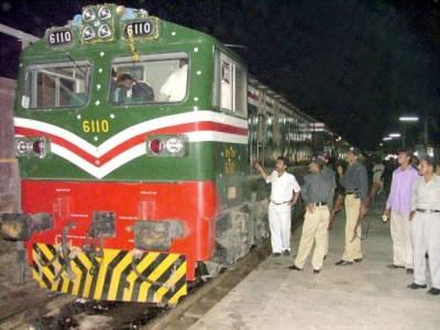 ٹرین کا انجن فیل کیوں ہوا،مسافروں نے ٹرین ڈرائیور کو دھو ڈالا