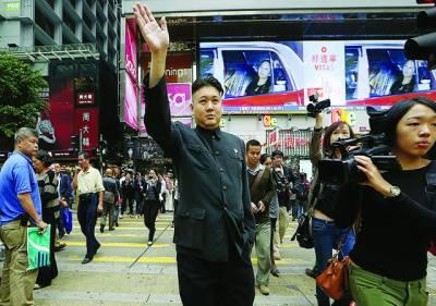 ہانگ کانگ:ایک رہائشی گلوکار کوریا کے رہنما کم جان آل کا لباس پہنے سڑک پر لوگوں کے نعروں کا جواب دے رہا ہے