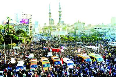 قاہرہ : درجنوں پولیس اہلکاروں اور ایک شہری کی ہلاکت پر لو گ نماز جنازہ ادا کرنے کیلئے موجود ہیں