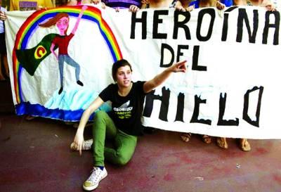 بیونس آئرس: حکومت کے خلاف احتجاج میں ایک شخص بینر کے پاس بیٹھا نعرے بازی کر رہا ہے