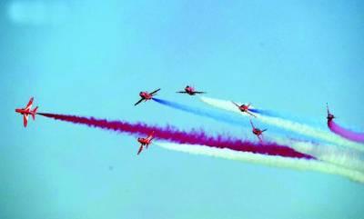 لندن: برطانوی طیارے فضا میں پرواز کے دوران رنگ بکھیر رہے ہیں