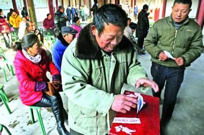 ہانگ کانگ: مقای گاﺅں کے الیکشن میں ایک شخص اپنے امیدوار کیلئے ووٹ کاسٹ کر رہا ہے
