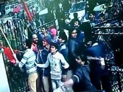 کشمیر پر متنازع بیان، انتہا پسند ہندوﺅں کاعام آدمی پارٹی کے دفتر پر حملہ