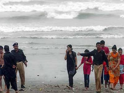 سمندری طوفان کے اثرات پاکستان کے ساحلی علاقوں تک پہنچنا شروع