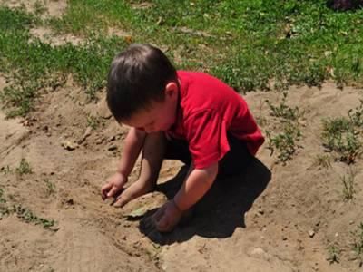 مٹی میں کھیلنا بچوں کے لئے فائدہ مند، سائنسی تحقیق