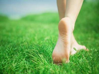 ننگے پاﺅں گھاس پر چلنا انتہائی مفید