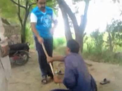 فیصل آباد میں بااثر افراد کا محنت کش کے بیٹے پر وحشیانہ تشدد، ویڈیو منظرعام پر آگئی