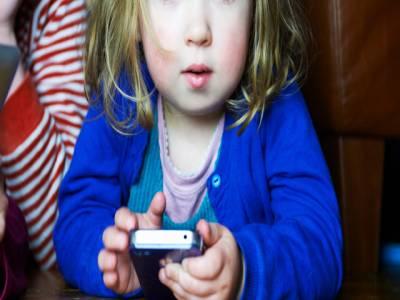 کم عمر بچوں کے لئے کمپیوٹر، موبائل انتہائی خطرناک