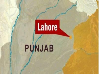 لاہور پولیس کا پتنگ بازنوجوان پر تشدد،گلے میں رسی باندھ کر سڑک پر گھسیٹتے رہے