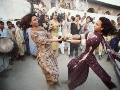 """خواجہ سراﺅں نے شادی کی تقریب میں 2 گھنٹے """"گو نواز گو"""" کے نعروں پر رقص کر دکھا یا"""