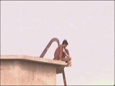 محبوبہ سے ملنے کی آرزو،قیدی پانی کی ٹنکی پر چڑھ گیا