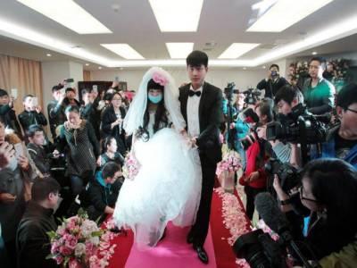 چینی جوڑے نے ہسپتال میں شادی کر کے محبت کی نئی داستان رقم کر دی