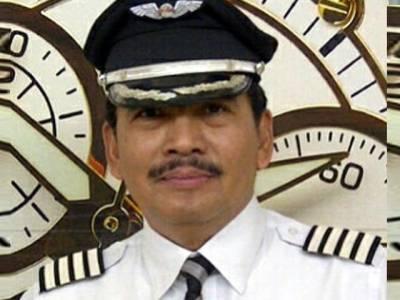 ائیر ایشیا کے بدقسمت طیارے کا پائلٹ جس کے گھر میں ایک ہفتے میں دوسری بار 'قیامت'ٹوٹ پڑی