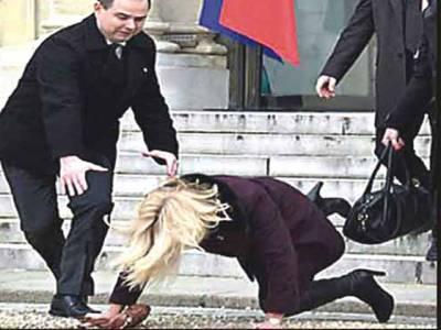 اونچی ایڑھی والے جوتے ڈینش خاتون وزیراعظم فرانسیسی محل سے نکلتے ہوئے سیڑھیوں سے گر پڑیں