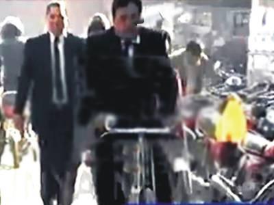 پٹرل کی قلت سے تنگ ایڈوکیٹ نے عدالت جانے کے لیے سائیکل خرید لی
