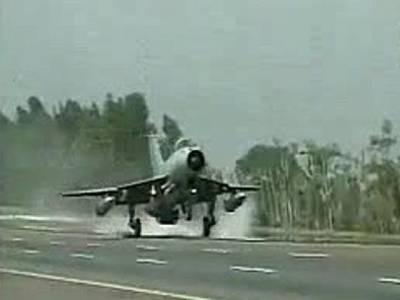 پاک فضائیہ کا طیارہ ایندھن کی کمی کو پورا کرنے کے لیے بھارت میں لینڈ کر گیا