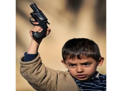 3سالہ بچے نے ایک گولی سے ماں اور باپ دونوں کو نشانہ بنا ڈالا