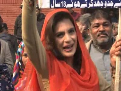الیکشن کمیشن کے باہر لیگی خاتون کارکن کی زبان پھسل گئی ،