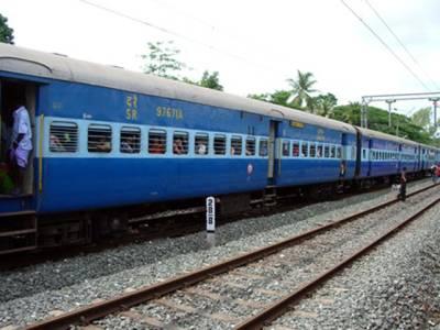 ماں کے پیٹ سے نکلتے ہی بچہ ٹرین کی پٹری پر جاپہنچا