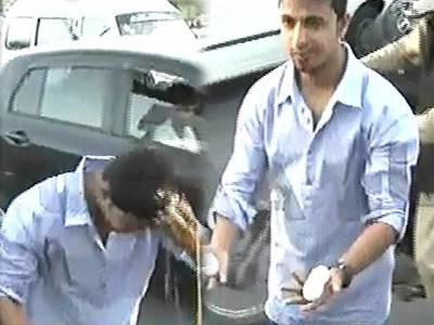معین خان کے وطن واپس پہنچنے پر کرکٹ شائقین انڈوں سے استقبال کے لیے بیتاب ، ان کے بچ نکلنے پر اپنے ہی سر پر پھوڑ لیے