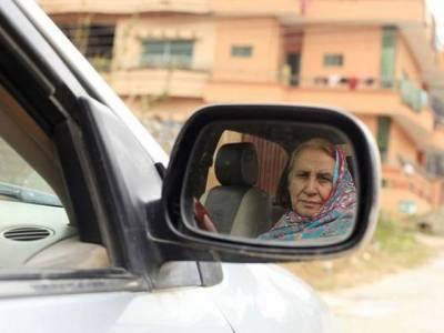 37سال سے ٹیکسی چلا کر اپنے خاندان والوں کو پالنے والی باہمت پاکستانی خاتون کی متاثر کن کہانی