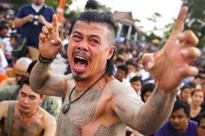 تھائی لینڈ کا انوکھامیلہ جہاں آنے والےسیاحوں کے جسم پر' جادوئی ٹیٹو'بنائے جاتے ہیں